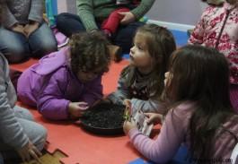 Conversa entre meninas com a oficineira Desirée Fripp