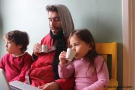 Tomando chá e assistindo a uma animação sobre povos indígenas do Acre.