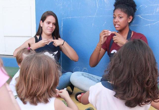 As crianças naturalmente se interessam pela Língua de Sinais